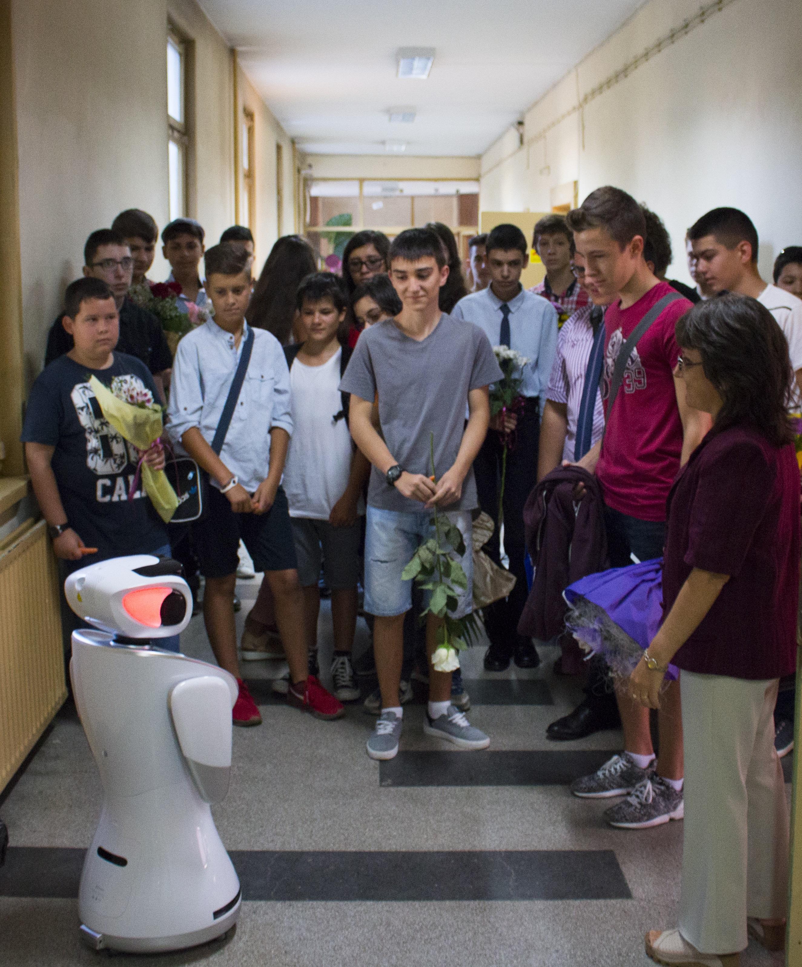 На първия учебен ден учениците от ТУЕС бяха посрещнати по необичаен начин - от роботи.