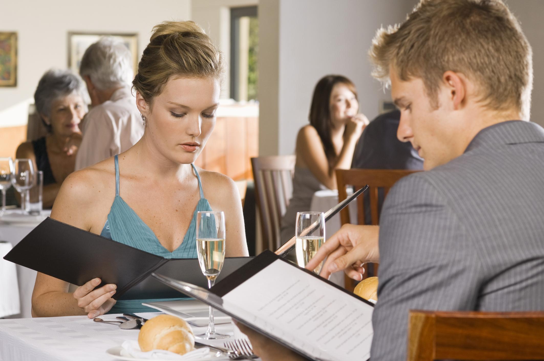 Когато сте в ресторант и опитваш от храната, която си е поръчал, но без той да ти е предложил.