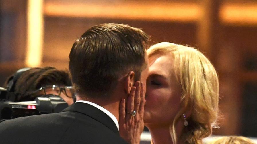 Никол Кидман целуна чужд мъж и забрави децата си