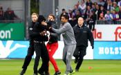 Футболисти и ултраси в меле преди мач от Втора Бундеслига заради знаме