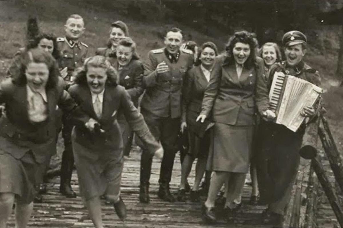 """Между май и декември 1944 г. са заснети редица снимки на офицери и пазачи от """"Аушвиц"""". На тях служителите си почиват и се забавляват в свободното си време, докато наблизо хора страдат и губят животите си в лагера на смъртта. Кадрите показват една много важна перспектива от психологията на хората, осъществили геноцида над евреите, и са едни от единствените снимки от свободното време на """"Шуцщафел"""", достигнали до широката публика днес."""