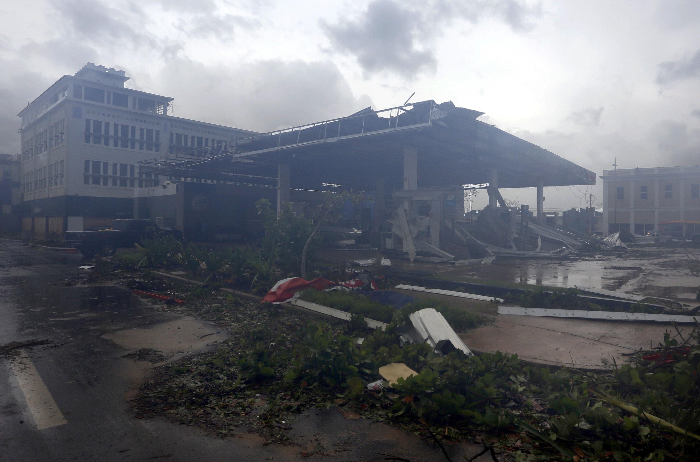 Улиците на историческия стар град в столицата Сан Хуан бяха засипани с отломки от балкони, външни тела на климатици, съборени улични лампи, паднали електрически стълбове, мъртви птици и изкоренени дървета