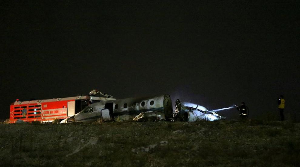 Малък частен самолет се разби на летище в Истанбул, 4 пострадали (СНИМКИ)