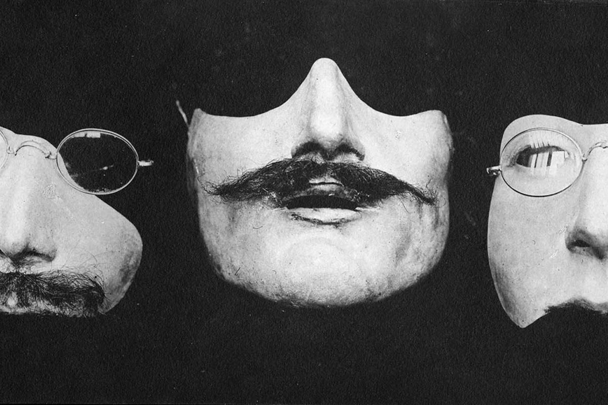 Ето така са изглеждали маските, носени от обезобразените от войната военни. Тези на снимките са от 1918 г. и са дело на Ана Коулман, която ги е правела за френски войници.