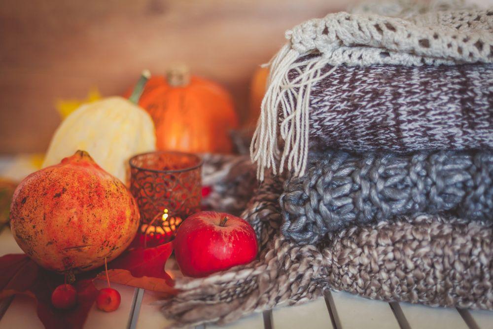 Есента си има своя неописуем и несравним чар. Той е в дъжда, в топлата завивка, в нападалите листа...