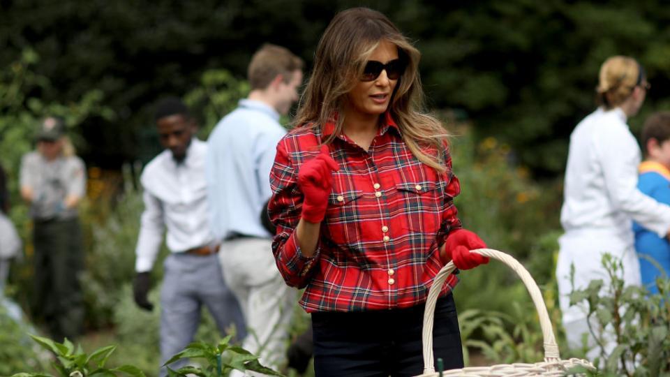 Как Мелания Тръмп бере чушки с блуза за 1300 долара