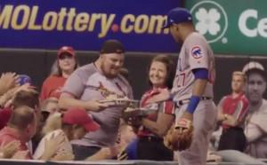 Бейзболист сервира храна на фен по време на мач