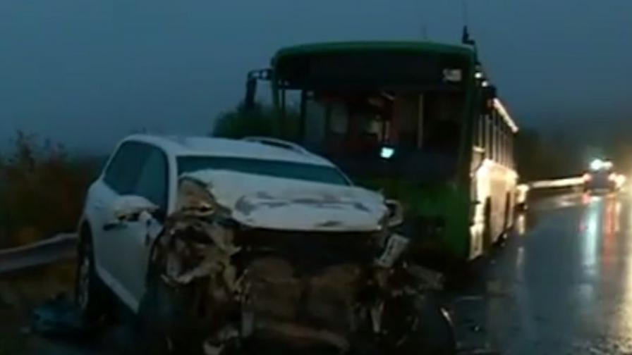 Рейс и джип се удариха челно в дъжда край София