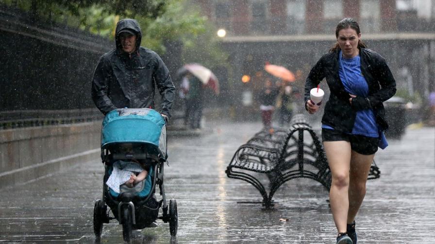 """Туристи под проливния дъжд в Ню Орлиънс, донесен от урагана """"Нейт"""""""