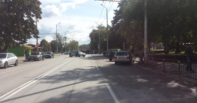 протестиращи За пореден ден медици и граждани преградиха бул.