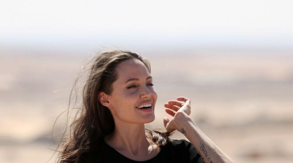 Изящната Анджелина Джоли пие чай в компанията на леопарди (СНИМКИ/ВИДЕО)