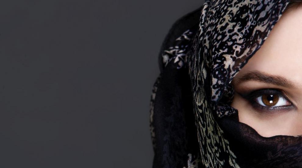 Мъже следят жените си с мобилно приложение в Саудитска Арабия
