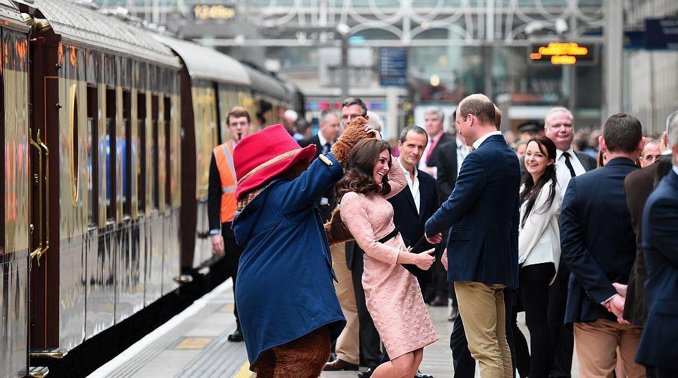 Очарователната херцогиня Кейт в прегръдките на мечето Падингтън...