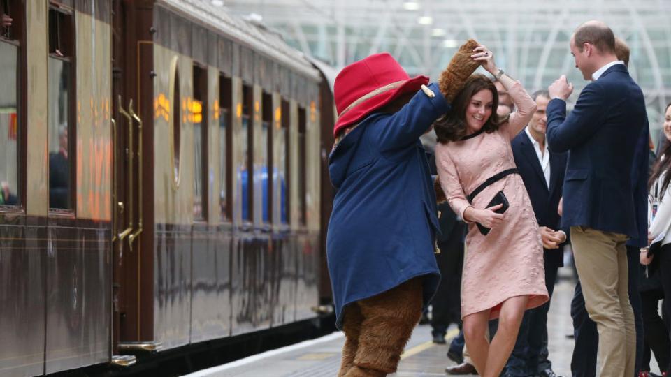 Кейт Мидълтън бременна, прелестна и танцуваща с... мечка!
