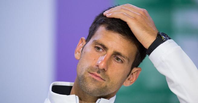 Тенисистът Новак Джокович отпразнува победата за купата на АТП в