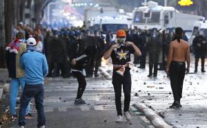Феновете на Марсилия се биха с полицията преди дербито