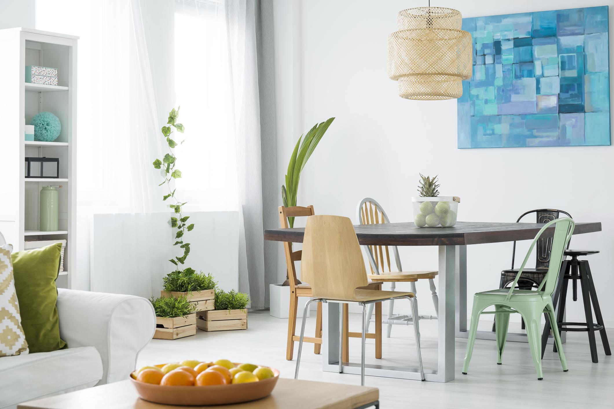 Може да съчетаете различни мебели в дневната си. Столовете може да са в различни цветове и дори форми. Така ще изградите една много свежа, по-младежка и оригинална обстановка, а гостите ви със сигурност ще ви поздравят за отличния вкус.