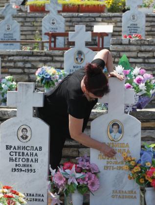 Майка на гроба на сина си, загинал във войната в Босна (1992-1995 г.)