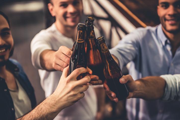 <p>Добре зареденият бар - първото нещо, което правите за гостите си, след като ги посрещнете в дома си, е да им предложите питие. Не е необходимо шкафът ви да е оборудван като бар в нощен клуб, но е важно да сте се запасили с напитките, любими на гостите ви.</p>