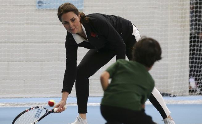 Бременната Кейт играе тенис и сияе в спортен екип