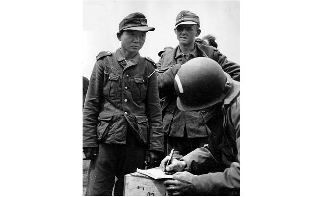 Вляво на снимката - Ян Кьон-чон в униформа на Вермахта, заловен от американски парашутисти след десанта в Нормандия