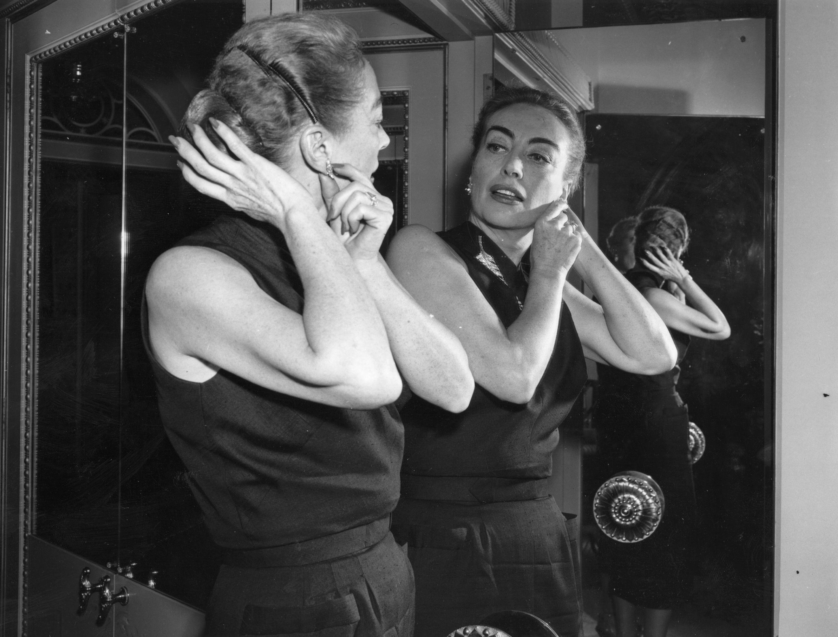 Актрисата Джоан Крофорд в своите 50 (1956)