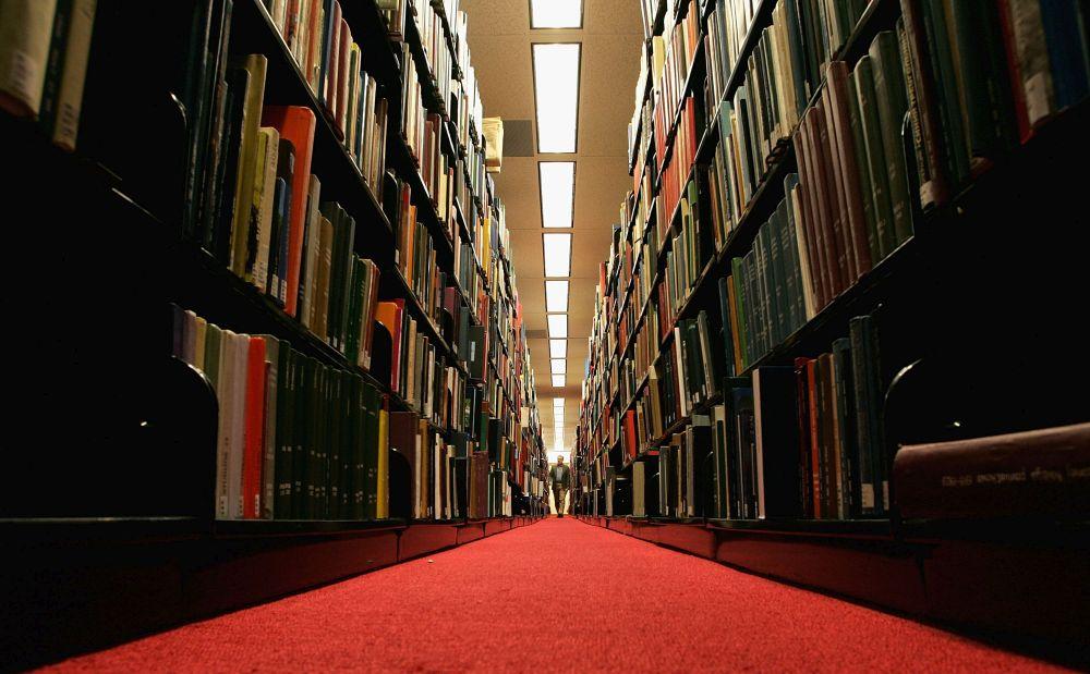 Верен отговор б) Оксфордският университет . Той е бил основан през 1249г. На това място да се е преподавало още от 1096г., докато цивилизацията на ацтеките датира от 1325г.