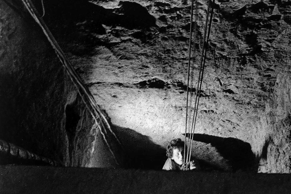 """През октомври 1964 г. група граждани организират бягство от Източен Берлин към Западен през тунел в килера на пекарна на ул. """"Бернауер""""."""