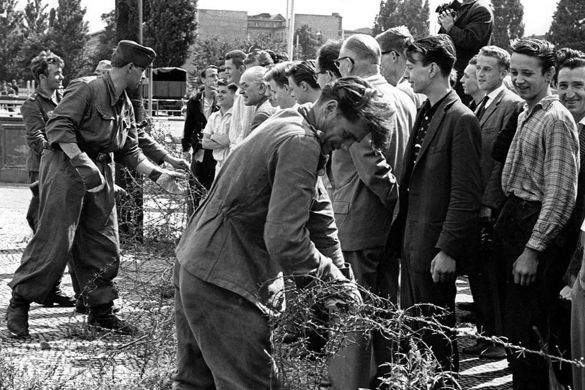 13 август 1961 г., военни от Източна Германия опъват бодлива тел на мястото, където да бъде построена Берлинската стена.