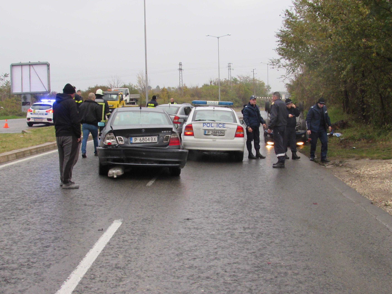 """На мокрия път, вероятно и с висока скорост, водачката губи управление, удря се в бордюра на разделителната линия и влита в насрещното платно, където се преобръща. Колата се пързаля по таван десетки метри, преди да спре в бордюра. На мястото са изпратени екипи на полицията и пожарната, както и """"Спешна помощ"""". Докато медиците изваждат пострадалата жена, става верижна катастрофа."""