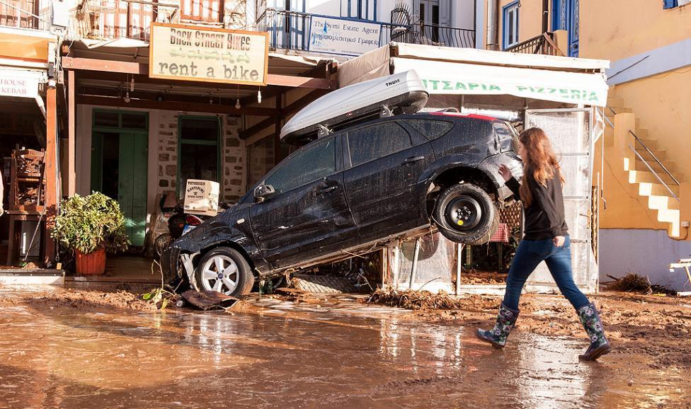 - Порой докаран от бурята Евридика се изля над Додеканезите в нощта срещу вторник и причини сериозни наводнения на Сими, Гърция. Дъждът, причинил...