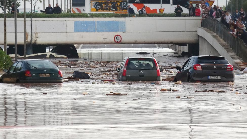 - Поне 7 са жертвите на наводненията, които заляха района западно от Атина, съобщи гръцката противопожарна служба. Пътищата се превърнаха в реки от кал...
