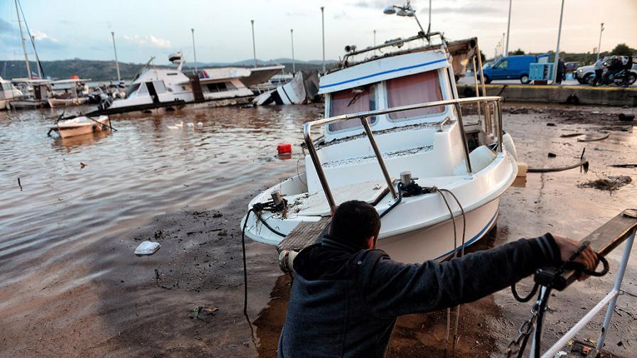 Има ли път към България опасният циклон, който удави Гърция