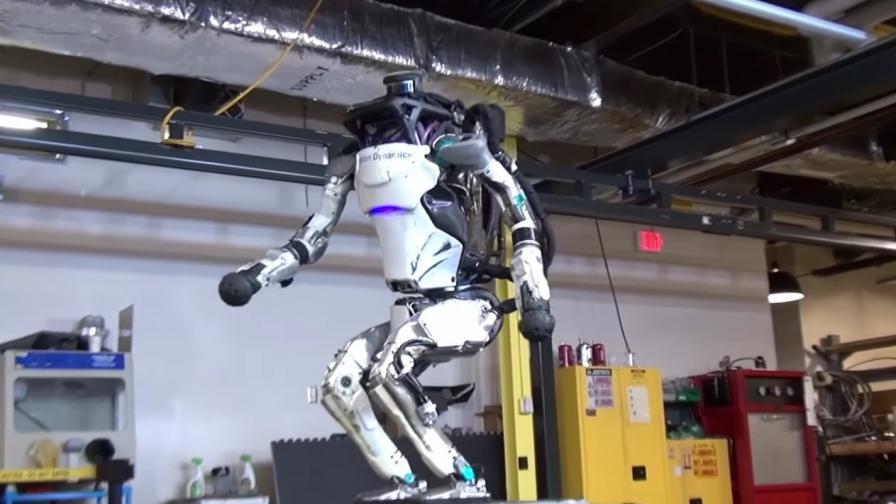 Робот тренира кросфит и скача по-добре от човек
