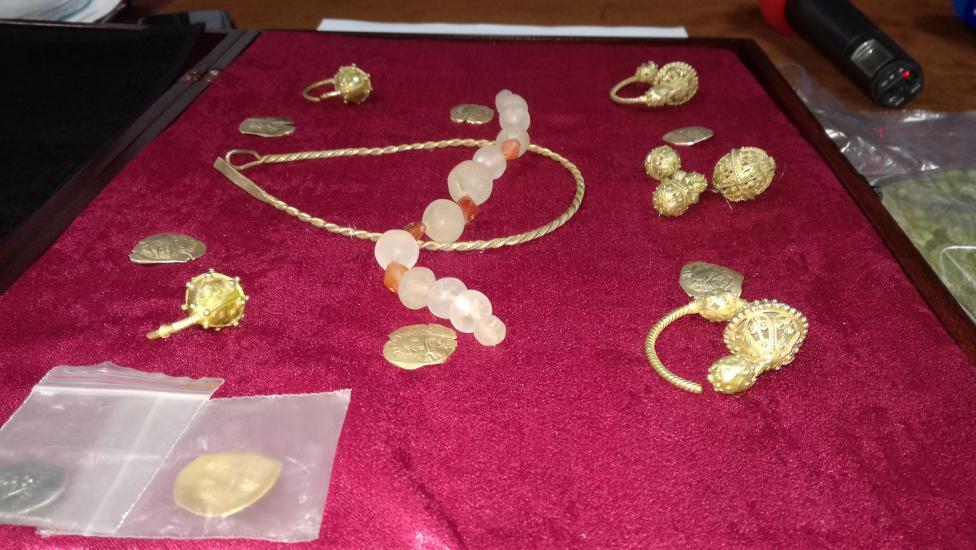- Съкровището включва ценни експонати като златни колиета, обеци, огърлици и гривни, посочи главен инспектор Стойчо Крачалов, началник на районното...