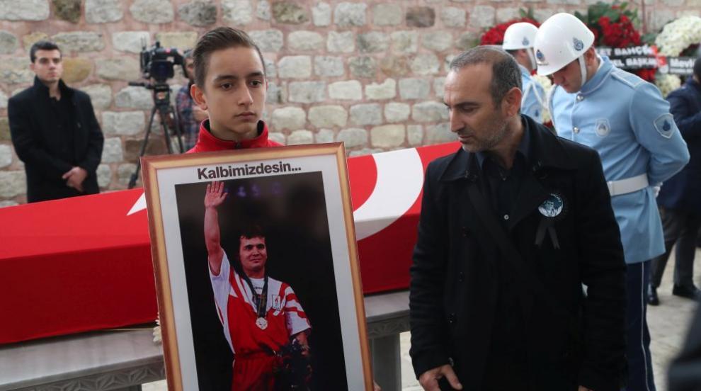Погребаха Наим Сюлейманоглу с почести като национален герой в Истанбул...