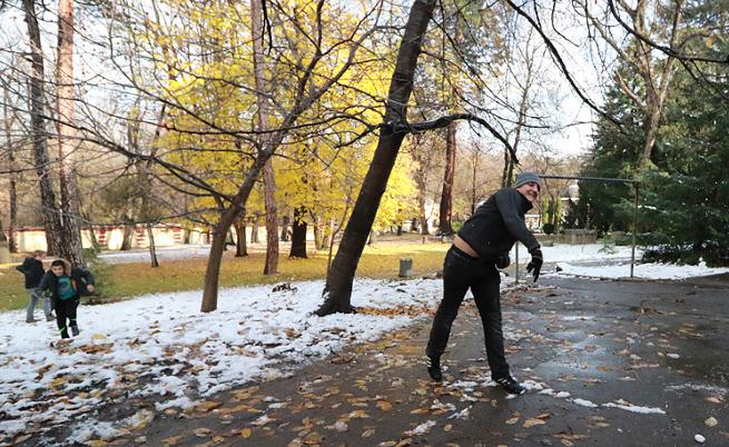 Игра с първия сняг в двора на Семинарията