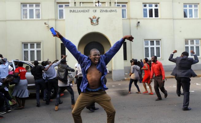 Зимбабве празнува: Президентът Робърт Мугабе сдаде властта