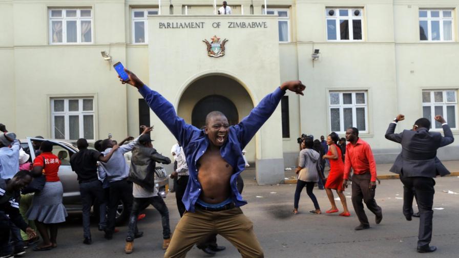 Зимбабве празнува: Мугабе най-сетне сдаде властта (СНИМКИ)