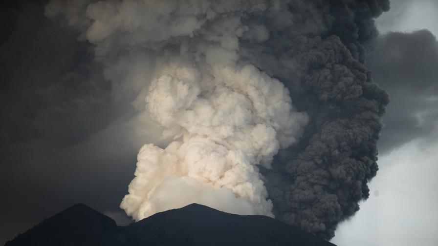 Българче се роди на Бали, докато вулканът изригва