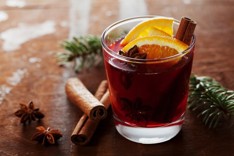 <p><u><strong>Уникално греяно вино</strong></u></p>  <p>Традиционно греяното вино се приготвя от червено вино, като му се добавят ароматни подправки, плодове, ядки, захар или мед. Сервира се горещо или топло. Много е важно греяното вино да не надвишава 80 градуса или да не кипне, защото така ще загуби вкусовите си качества.</p>  <p>- 1 литър червено вино<br /> -&nbsp;2 ябълки<br /> -&nbsp;1/2 портокал&nbsp;<br /> -&nbsp;1/2 лимон<br /> -&nbsp;1/2 чаша захар<br /> -&nbsp;4-5 зърна карамфил<br /> -&nbsp;Канела на вкус</p>  <p>Сложете виното да се загрява като в него добавите всички плодове и подправки. Бъркайте непрестанно до пълно разтопяване на захарта и внимавайте да не кипне. След това махате от котлона, изчаквате 10 минути да поеме още повече от аромата на подправките, прецеждате и му се наслаждавате в добра компания. Наздраве!</p>