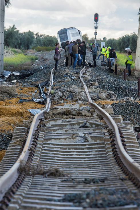 - Влакова композиция със 79 пътници, която пътувала от Малага за Севиля, излезе от релсите в испанския регион Андалусия и 21 души пострадаха, съобщи...