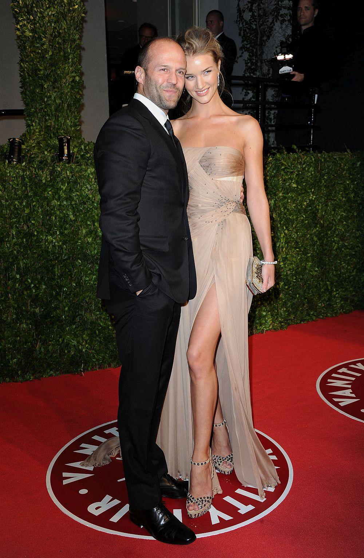 Актьорът Джейсън Стейтъм и моделът Роузи Хънтигтън-Уайтли започват да се срещат през 2010 година. Двамата, чиято възрастова разлика е 20 години, са сгодени от миналата година. През юни тази година се роди техният син. На снимката: Джейсън Стейтъм и Роузи Хънтигтън-Уайтли през 2011 година