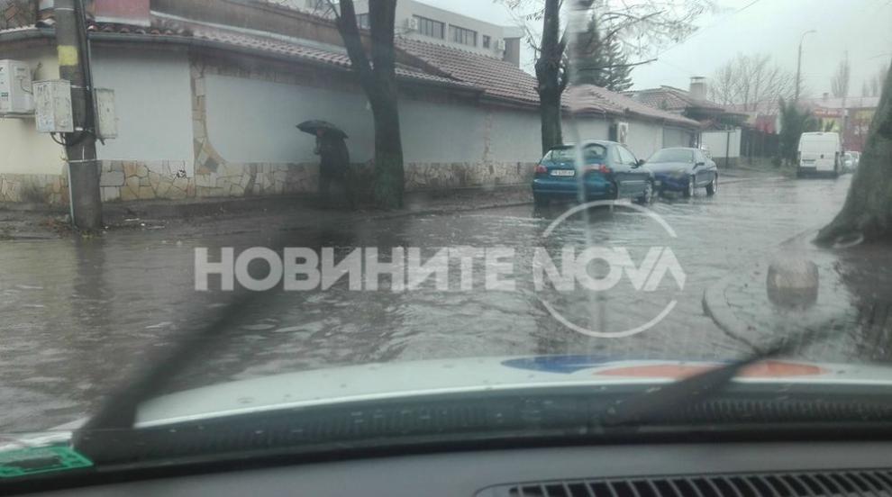 Дъжд наводни улиците на Перник (СНИМКИ)
