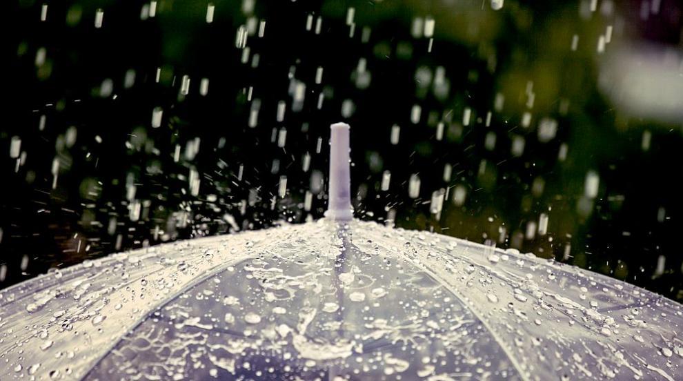 Предупреждават за валежи във вторник, оранжев код за 9 области
