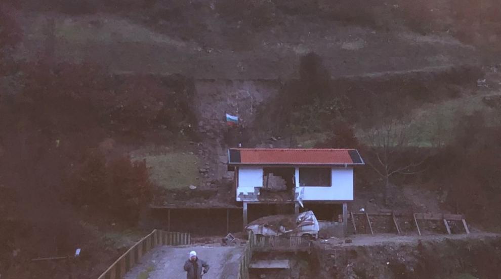 Свлачище помете ловна хижа в Родопите, мъж почина (СНИМКИ)