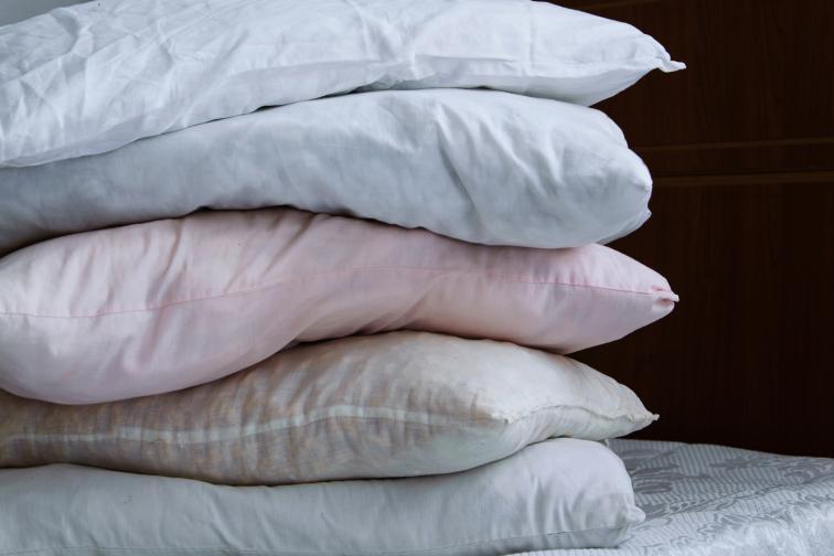 Стари завивки, чаршави и възглавници, които са скъсани.