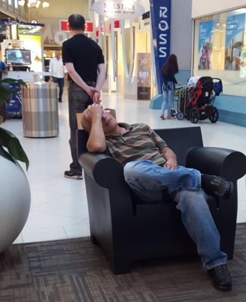 """- Едно от най-неприятните неща за един мъж е пазаруването и това не е мит. Инстаграм профилът Miserable men (""""Отчаяни мъже"""") събира забавни снимки на..."""