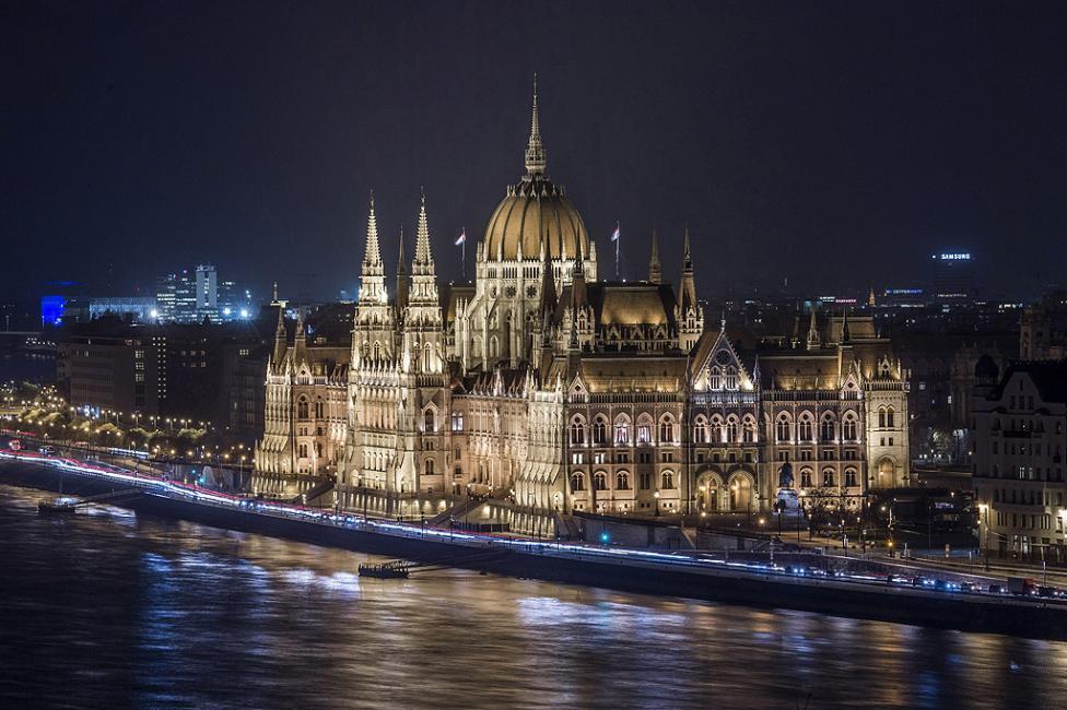 - Будапеща е най-големият град и столицата на Унгария. Разположен е в Среднодунавската низина на двата бряга на река Дунав и заема площ от над 550...