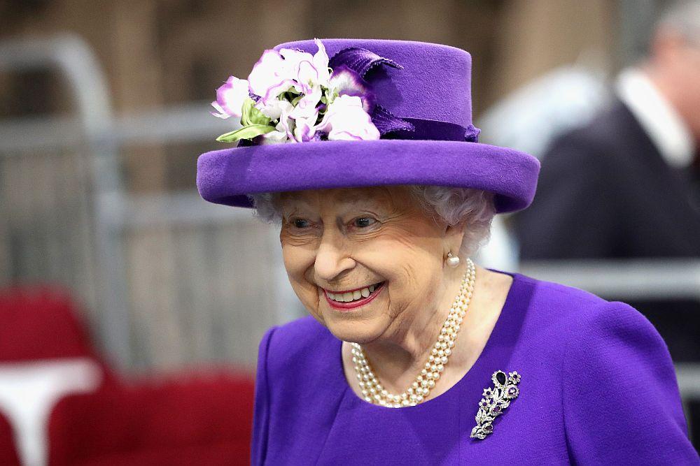 Британската кралица Елизабет Втора участва в церемонията по пускане в експлоатация на нов британски самолетоносач, който е кръстен на нея